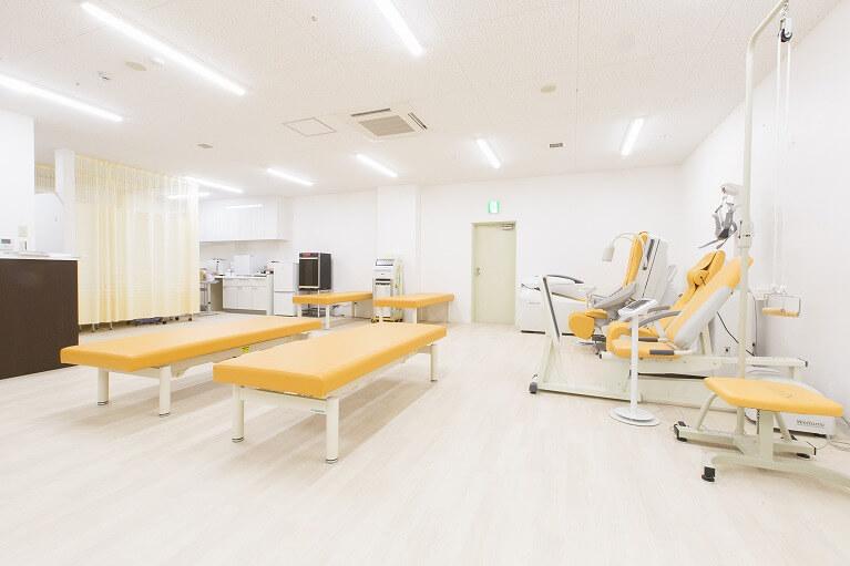 リハビリテーション室完備。常駐のPT(理学療法士)と協力してリハビリに取り組みます。