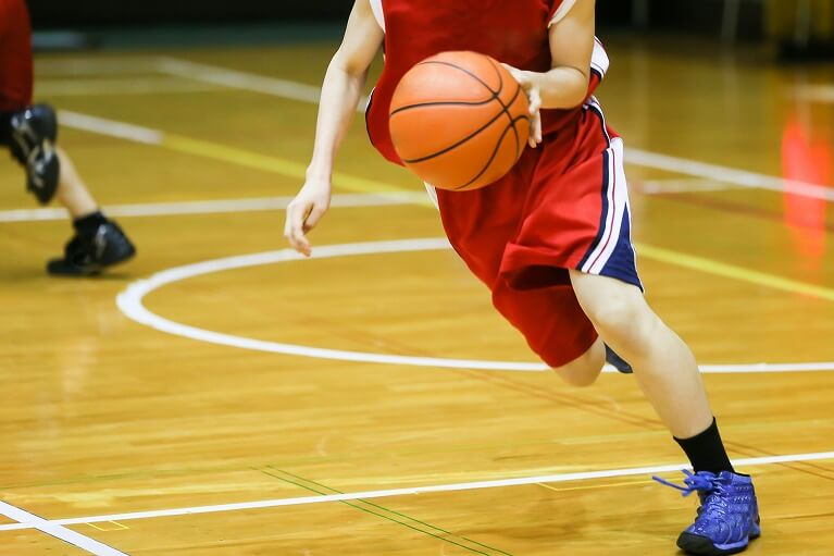 バスケットボール(ジャンプ、ダッシュを繰り返すスポーツ)