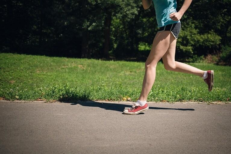 ジョギング(負荷が同じ部位に持続的にかかるスポーツ)