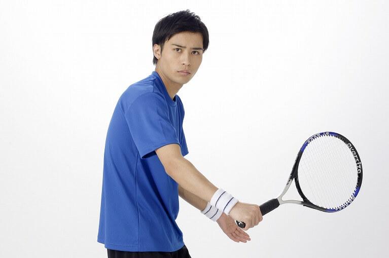 テニス(ダッシュ&ストップが多いスポーツ、ラケットを持つスポーツ)